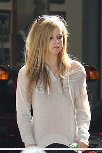 Who is Avril Lavigne dating as of early 2010?