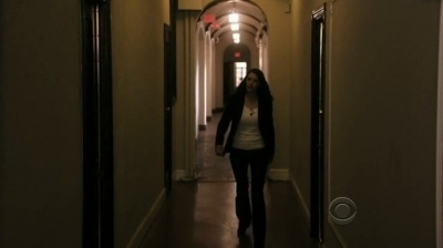 In 5x01 Nameless, Faceless Emily goes to Hotch&#39;s place to: