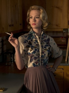 What is the name of the actress that plays Betty Draper?