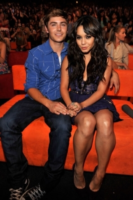 """IM A #1 پرستار OF ZANESSA!!! zac efron and vanessa hudgens!!!!!!!!!!!!!!!!!!! ...and jon and kate plus 8. i love them (it's a tv show)!!! I ALSOW HAVE A SPOT NAMED """"ZANESSA VS JON AND KATE PLUS 8"""" it's in the شخصیات مشہور chanel on page 11 0r 12"""