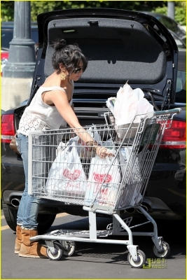 what kind of comida do you think she bought??