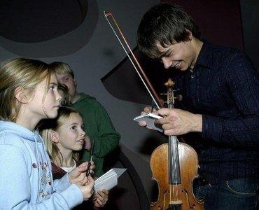 Have u taken an autograph of Alex????