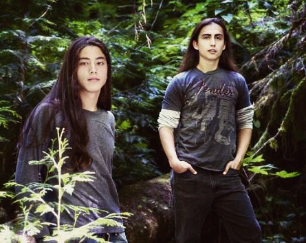 Quil and Embry are the two guys standing volgende to Jacob when he meets Bella in La Push.