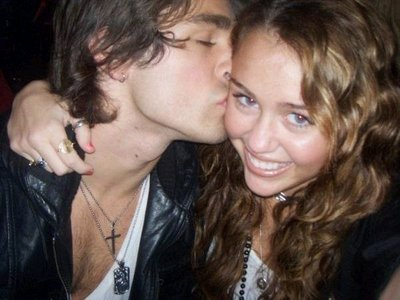 His name is Justin Gaston. No one really knows for sure wheather they are a couple または not but this pic shows 愛 in the air!