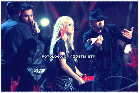 lol Mary! 30 secondi to mars (I Amore THEM! =D) with Avril. Wow! =P