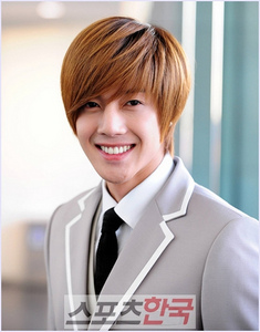 i've fallen in love with kim hyun joong as jihoo in boys before floers... he's so cute and cool... i'