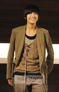 hujambo guys. I've been hearing many mixed maoni about FT island's new member Song Seung Hyun and I was j