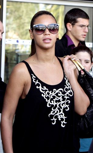 Beyoncé hình nền called Beyoncé and Solange in Nice, France