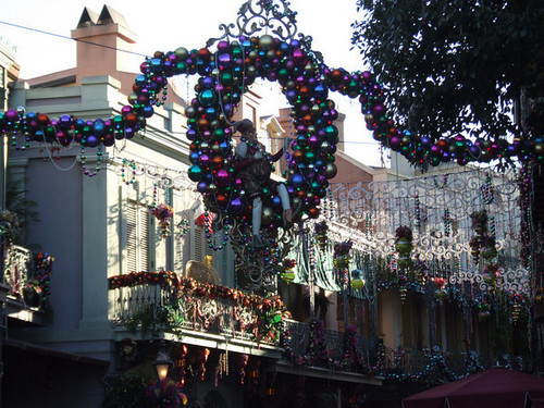 Disneyland Decorates For Xmas