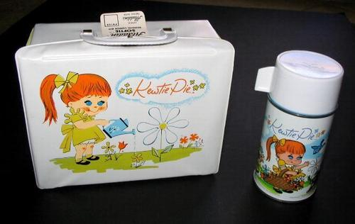 Lunch Boxes karatasi la kupamba ukuta titled Kewtie Pie Vintage 1967 Lunch Box