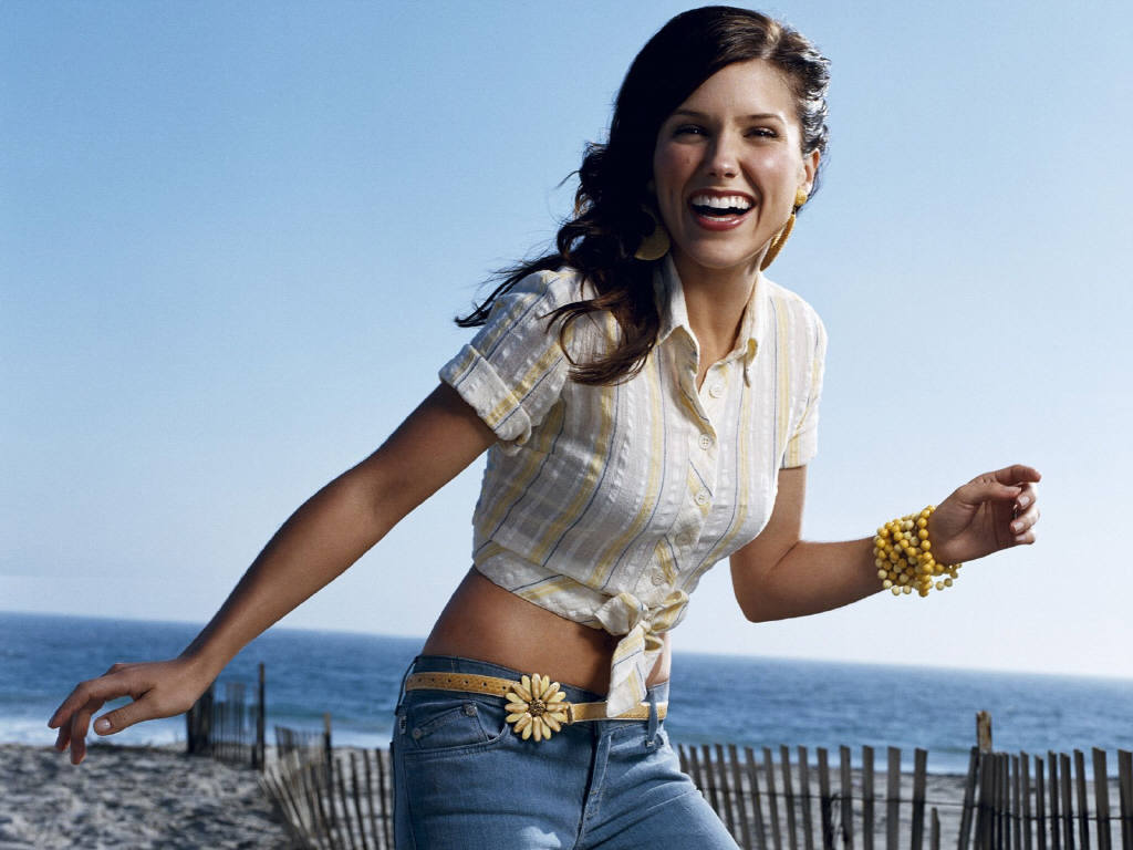 http://images2.fanpop.com/images/photos/2700000/Sophia-Bush-Wallpapers-sophia-bush-2779132-1024-768.jpg