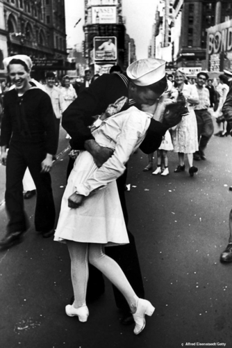 Famous Kisses wallpaper called VJ Day Kiss