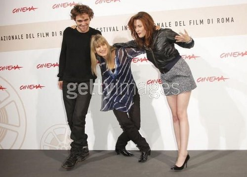 kristen and catherine falling over :P