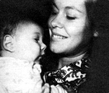 Elizabeth And detik Baby Robert in 1965