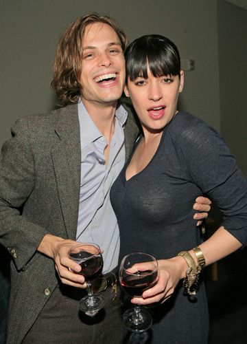 Мыслить как преступник Обои containing a business suit entitled Matthew Gray Gubler & Paget Brewster