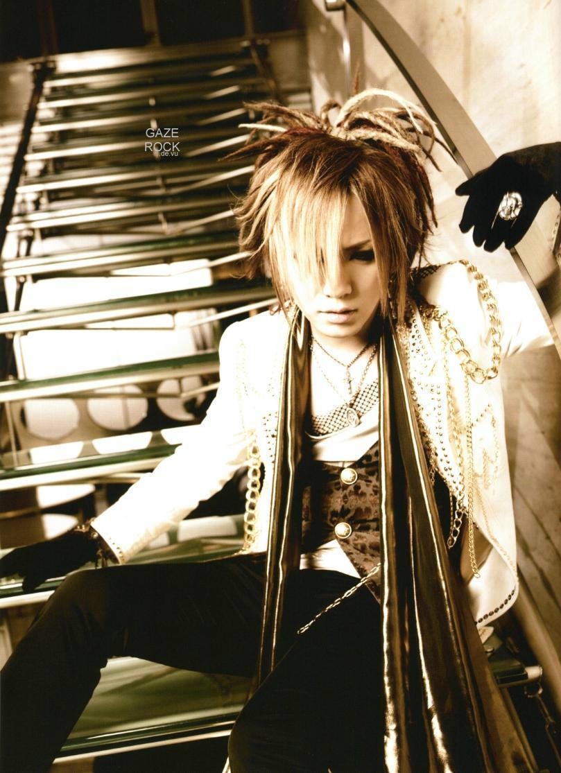 http://images2.fanpop.com/images/photos/2800000/Ruki-the-gazette-2887191-809-1115.jpg