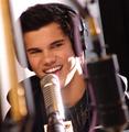 Taylor on Kiss FM - twilight-series photo