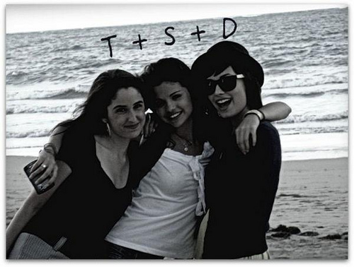 Friends - Selena Gomez and Demi Lovato 500x378