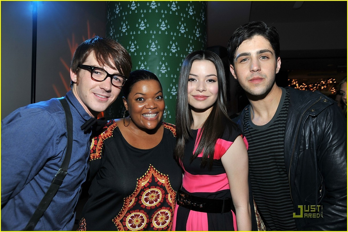 http://images2.fanpop.com/images/photos/2900000/Merry-Christmas-Drake-Josh-Premiere-drake-and-josh-2968368-1222-816.jpg