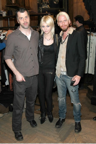 TAYLOR MOMSEN 'Knock Out Cosmetics' によって Mike Potter & Aaron McCann (November 28th)