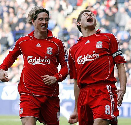 Steven Gerrard And Fernando Torres वॉलपेपर probably containing a बास्केटबाल, बास्केटबॉल, बास्केट बॉल player, a forward, and a tight end entitled Torres And Gerrard