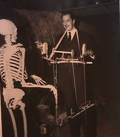 Vincent on the set of The House On Haunted burol