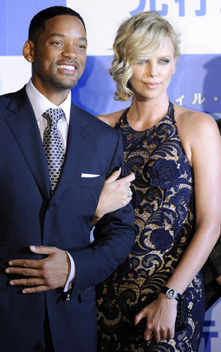 Will Smith and Charlize Theron at the जापान Hancock Permiere