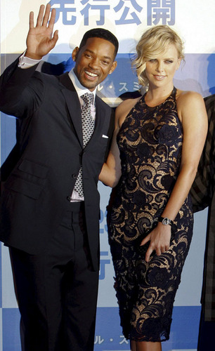 Will Smith and Charlize Theron at the 日本 Hancock Permiere