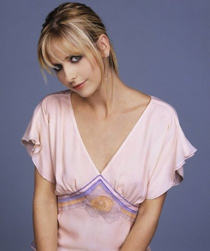 Buffy the Vampire Slayer karatasi la kupamba ukuta probably with attractiveness and a portrait entitled Sarah Michelle Gellar