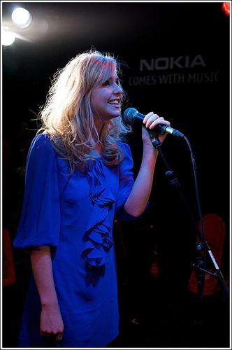 Diana Vickers দেওয়ালপত্র with a সঙ্গীতানুষ্ঠান and a guitarist called diana