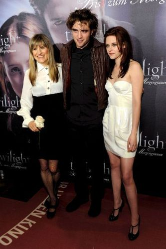 Edward and Bella wallpaper containing a playsuit and a portrait titled twilight munich