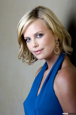 Charlize Theron karatasi la kupamba ukuta containing a portrait called Charlize