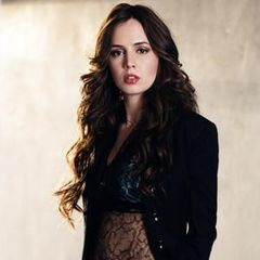 Buffy the Vampire Slayer karatasi la kupamba ukuta with a portrait called Eliza Dushku