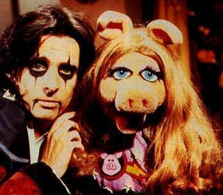 The Muppet tampil with Alice Cooper