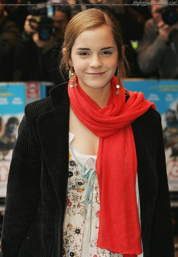Emma Watson wallpaper possibly with a stole called Valiant UK Premiere 2005