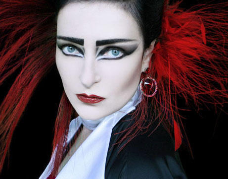 Siouxsie with red feathers