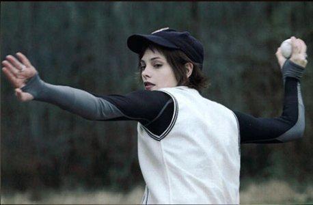 Twilight 2010 : Les Activités que vous voulez. - Page 5 Alice-Baseball-Scene-twilight-series-3420979-458-300