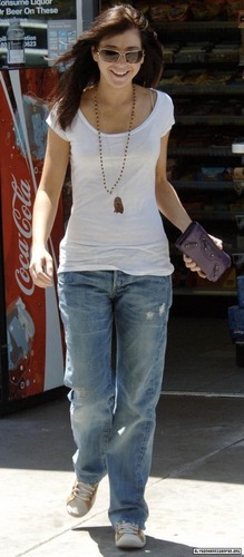 Alyson Hannigan kertas dinding probably with long trousers, a street, and a sign called Alyson