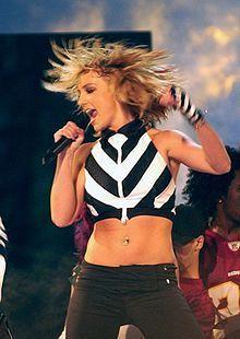 Britney গান গাওয়া