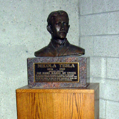 Bust of Tesla at Yale университет
