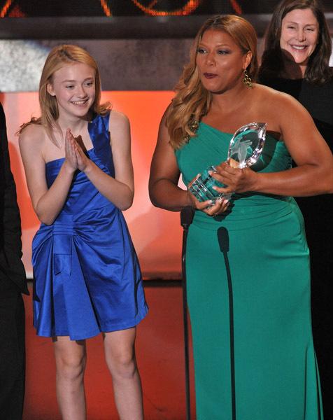 http://images2.fanpop.com/images/photos/3400000/Teen-Choice-Awards-2009-dakota-fanning-3433426-476-600.jpg