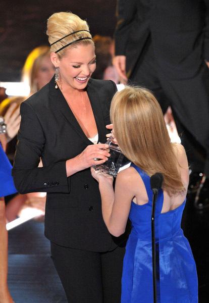 http://images2.fanpop.com/images/photos/3400000/Teen-Choice-Awards-2009-dakota-fanning-3433873-414-600.jpg