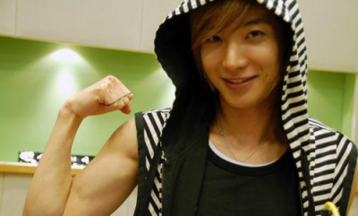 http://images2.fanpop.com/images/photos/3500000/lee-teuk-super-junior-3536237-400-241.jpg