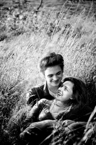 Edward and Bella in 草 field