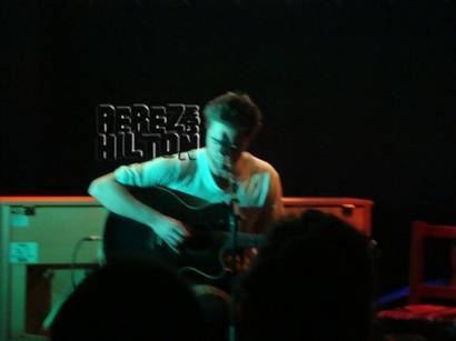 Robert Pattinson Singing on Robert Pattinson Relaxes By Singing And Drinking In London   A