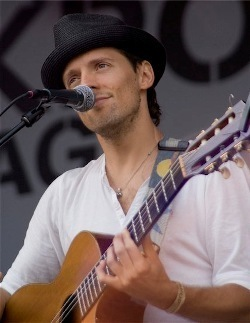 Jason Mraz वॉलपेपर containing a guitarist and a संगीत कार्यक्रम titled Jason Mraz