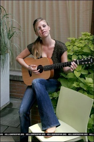 Kelli Garner kertas dinding probably with a guitarist, an acoustic guitar, and a konsert titled Kelli