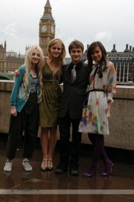 Evanna Lynch 바탕화면 containing a business district and a 거리 titled OotP 런던 Photocall (Thames Terrace)