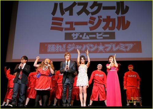 Zanessa at Tokyo Premiere - Page 2 Zanessa-HSM-3-Premiere-Tokyo-Japan-2009-zac-efron-and-vanessa-hudgens-3827868-500-356