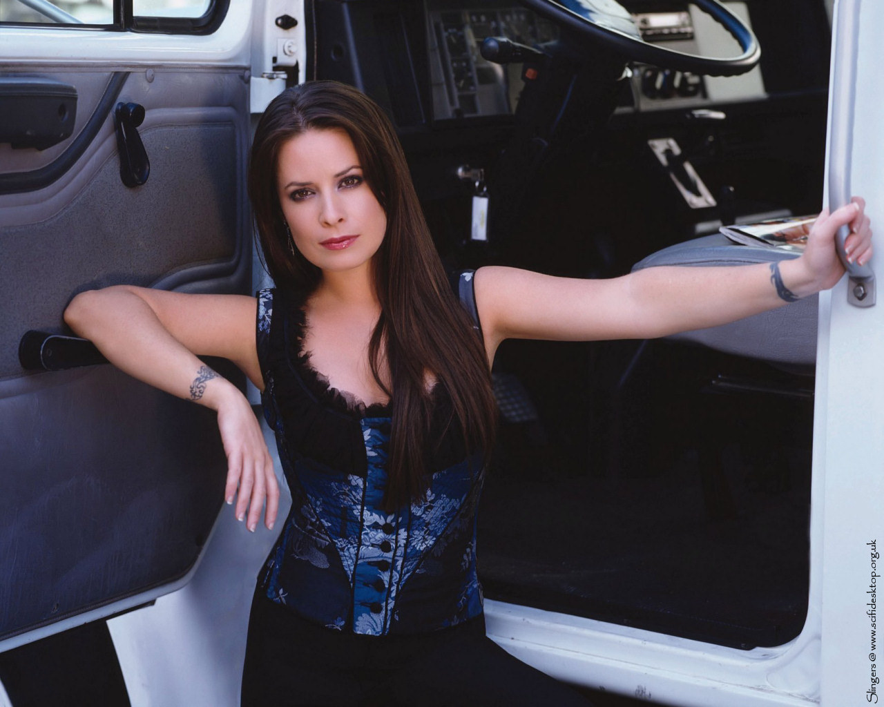 http://images2.fanpop.com/images/photos/3900000/Holly-Marie-holly-marie-combs-3990436-1280-1024.jpg